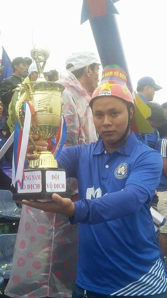Một CĐV Quảng Nam cầm mô hình chiếc cúp vô địch V-League 2017 đến sân cổ vũ đội nhà. Ảnh: LÊ TRUNG