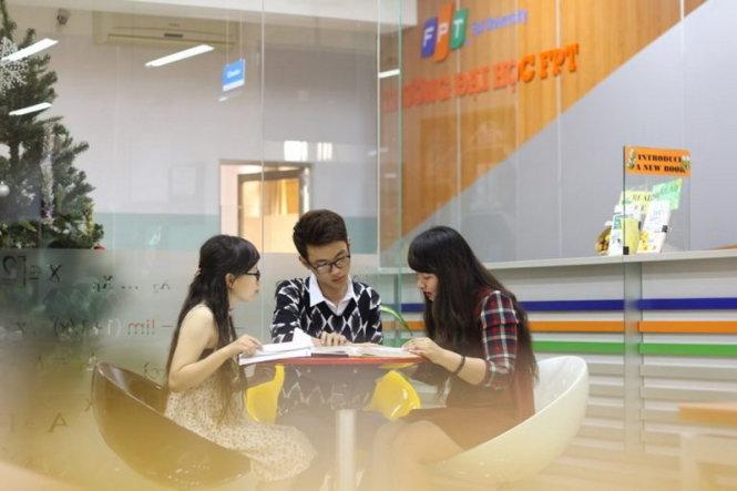 Ngoài giờ học chính khóa, sinh viên có thể học nhóm tại khu tự học hành lang, thư viện…