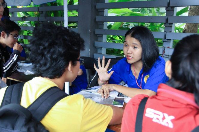 Phương Uyên (áo xanh) tiếp sức mùa thi giữa một mùa thi đại học. -Ảnh: NVCC