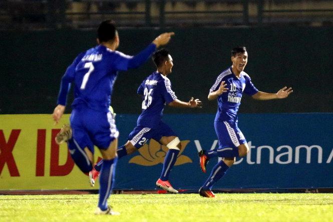 Tiến Linh (phải) - cầu thủ được HLV Park Hang Seo bổ sung vào đội tuyển U-23 VN. Ảnh: HÒA ANH