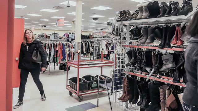 Kệ hàng bày bán áo len, giày đi tuyết và ủng da thời trang của Value Village - Ảnh: H.GIAO