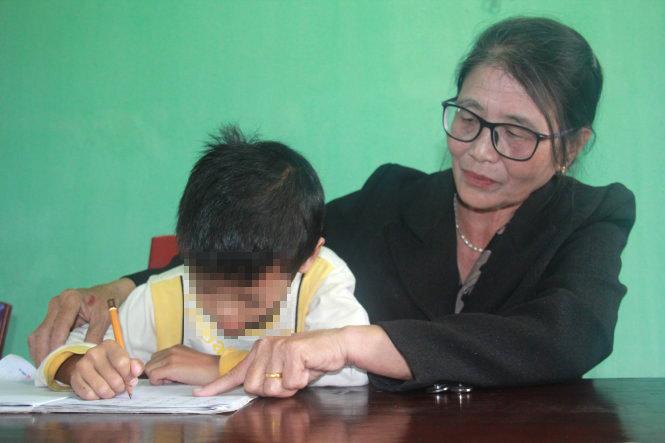 Gia Khang, cậu học trò mới được bà Cúc kèm từng chữ. Ảnh: TRẦN MAI.