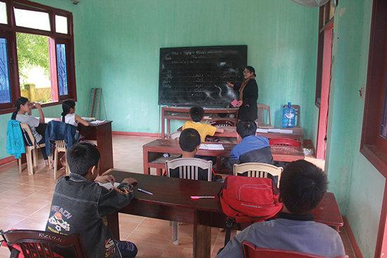 """Bà giáo Cúc giảng bài cho các học trò nhiều """"trình độ"""" của mình. -Ảnh: TRẦN MAI"""