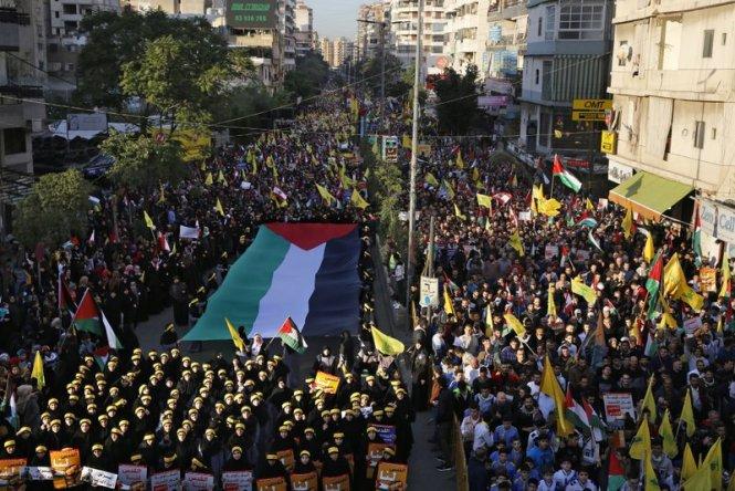 Hàng chục ngàn người Lebanon và Palestine biểu tình ở Beiruit hôm thứ hai để phản đối quyết định công nhận Jerusalem là thủ đô của Israel của Tổng thống Mỹ Donald Trump. -Ảnh: AP