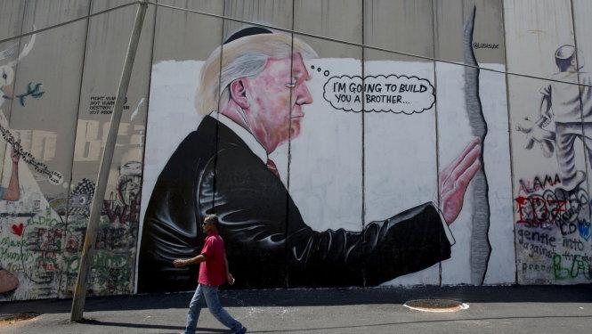 Tranh tường vẽ lại chuyến thăm của ông Donald Trump tới Jerusalem đầu năm nay. -Ảnh: AP