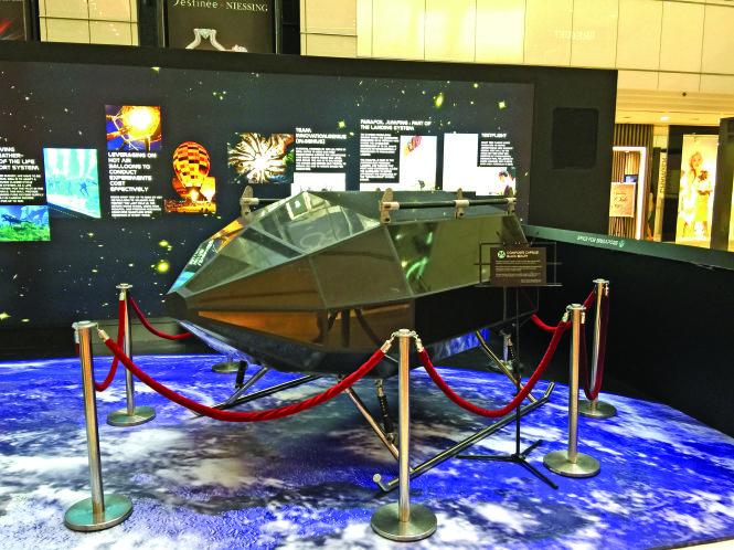 Vật thể bay không người lái tầng bình lưu của Phạm Gia Vinh tại triển lãm hàng không quốc tế ở Singapore. -Ảnh do nhân vật cung cấp
