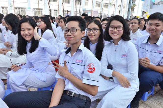 Học sinh trường THPT Gia Định rạng rỡ trong ngày khai giảng sáng 5-9-2017 - Ảnh: DUYÊN PHAN