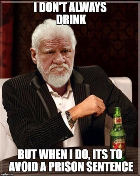 """Thời đại bi thảm của chúng ta đã biến cái chết kinh khủng của Slobodan Pralyak thành một meme đùa cợt trên Internet. Dòng chữ trong ảnh: """"Tôi không hay uống, nhưng khi tôi uống là để tránh một án tù"""".   -Ảnh: 9gag"""