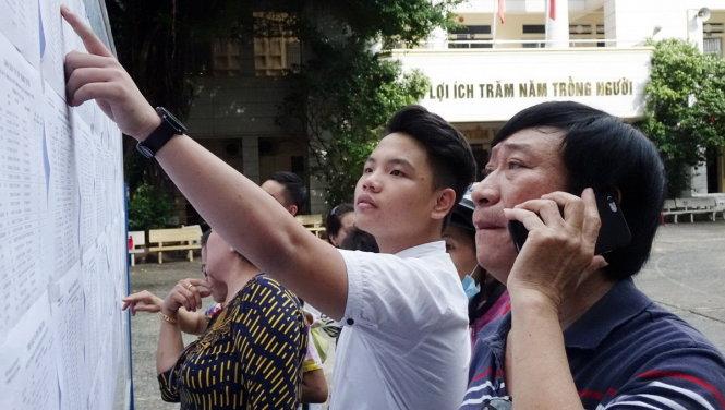 Phụ huynh và học sinh xem danh sách trúng tuyển lớp 10 vào Trường THPT Bùi Thị Xuân năm học 2017 - Ảnh: NHƯ HÙNG