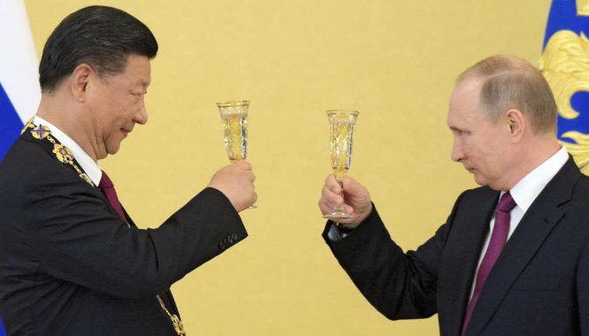 Tổng thống Nga Vladimir Putin (phải) và Chủ tịch Trung Quốc Tập Cận Bình. -Ảnh: Kommersant