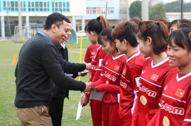 Ông Trần Quốc Tuấn  - phó chủ tịch VFF thăm và động viên đội trong buổi tập hôm 3-1. Ảnh: NAM KHÁNH