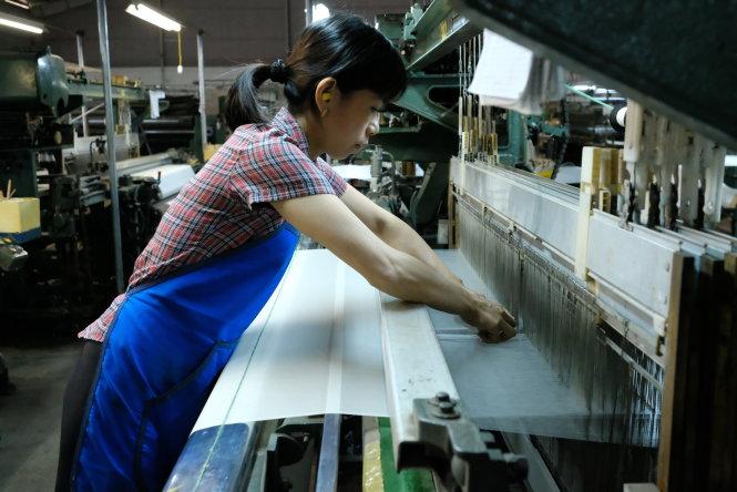 Dệt tơ tằm để sản xuất lụa kimono xuất đi Nhật Bản tại Công ty Viet Silk (TP Bảo Lộc, Lâm Đồng). -Ảnh: M.VINH