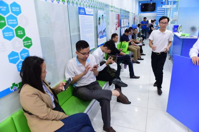 Nhiều bệnh nhân ngồi chờ đến lượt khám bệnh tại Trạm y tế P.11, Q.3, TP.HCM.-Ảnh: QUANG ĐỊNH