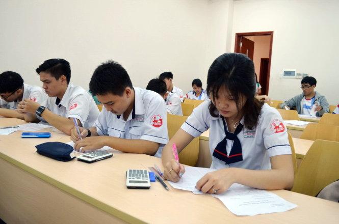 Thí sinh tham dự kỳ thi đánh giá năng lực do Trường ĐH Quốc tế - ĐHQG TP.HCM, tổ chức năm 2017 - Ảnh: MINH GIẢNG