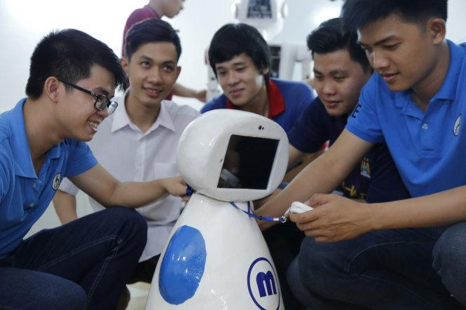 Robot hỗ trợ người già do SV Trường ĐH Sư phạm kỹ thuật TP.HCM chế tạo sẽ được giới thiệu tại Ngày hội tư vấn tuyển sinh - hướng nghiệp ở TP.HCM ngày 28-1 - Ảnh: VŨ TIẾN QUÂN
