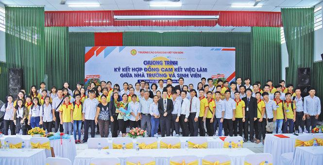 Trường CĐ Đại Việt Sài Gòn ký kết hợp đồng đảm bảo việc làm với sinh viên của trường năm 2017 - Ảnh: Đ.V
