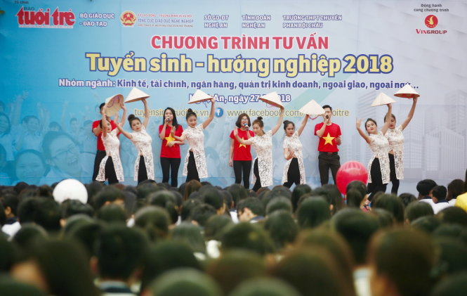 Chương trình văn nghệ chào mừng trước khi diễn ra chương trình tư vấn tuyển sinh - hướng nghiệp 2018 tại Nghệ An - Ảnh: CHÍ TUỆ