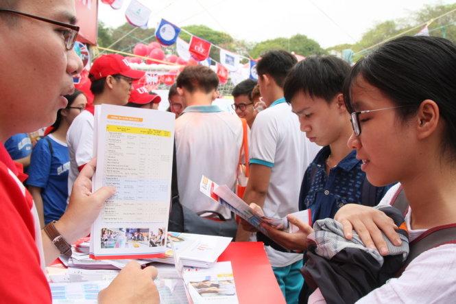 Học sinh tìm hiểu thông tin tuyển sinh trong Ngày hội tư vấn tuyển sinh - hướng nghiệp năm 2018 tại TP.HCM do báo Tuổi Trẻ tổ chức hôm 28-1 - Ảnh: TRẦN HUỲNH