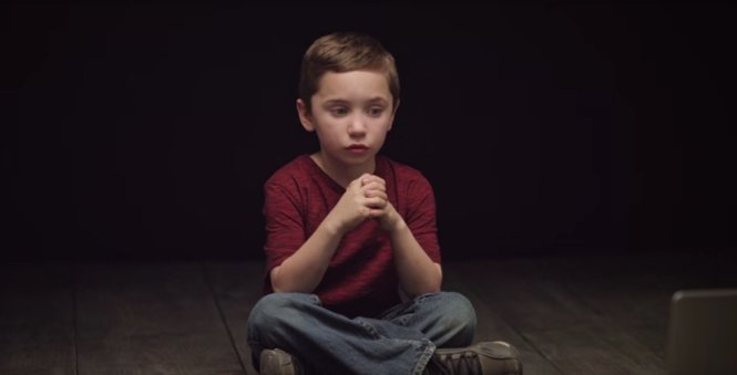 Bé trai ngồi xem những quảng cáo có hình ảnh phụ nữ được tạo hình giống đồ vật và gần như khỏa thân với vẻ mặt sợ hãi và căng thẳng.- Ảnh: The Drum.com