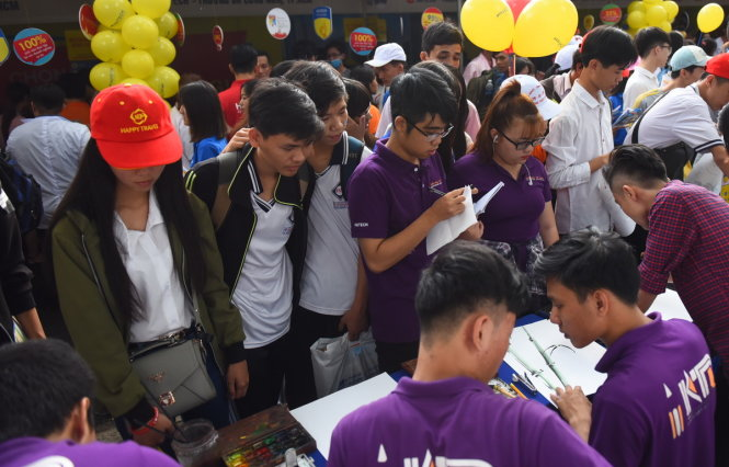 Học sinh tham dự Ngày hội tư vấn tuyển sinh - hướng nghiệp do báo Tuổi Trẻ tổ chức vừa qua ở TP.HCM - Ảnh: HỮU THUẬN
