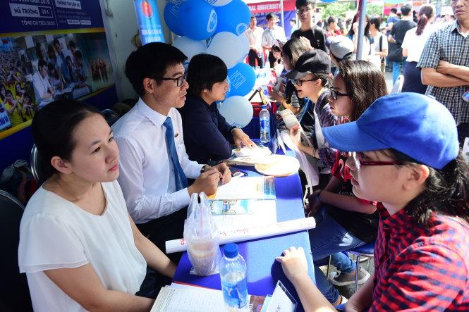 Thí sinh tìm hiểu thông tin tuyển sinh tại Ngày hội tư vấn tuyển sinh - hướng nghiệp 2018 tại TP.HCM - Ảnh: QUANG ĐỊNH