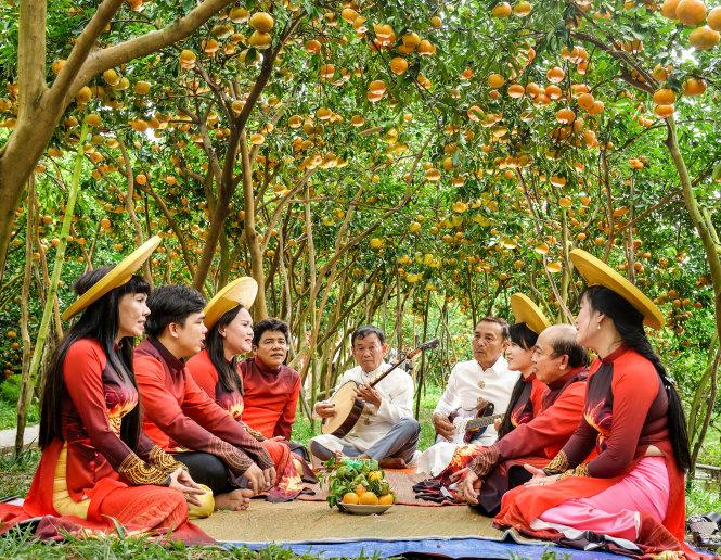 Đờn ca tài tử là một đặc sản văn hóa ở ĐBSCL và quýt hồng cũng là một đặc sản của khu vực này dịp Tết. Trong ảnh: biểu diễn đờn ca tài tử trong vườn quýt hồng Lai Vung. Ảnh: Hiếu Minh Vũ
