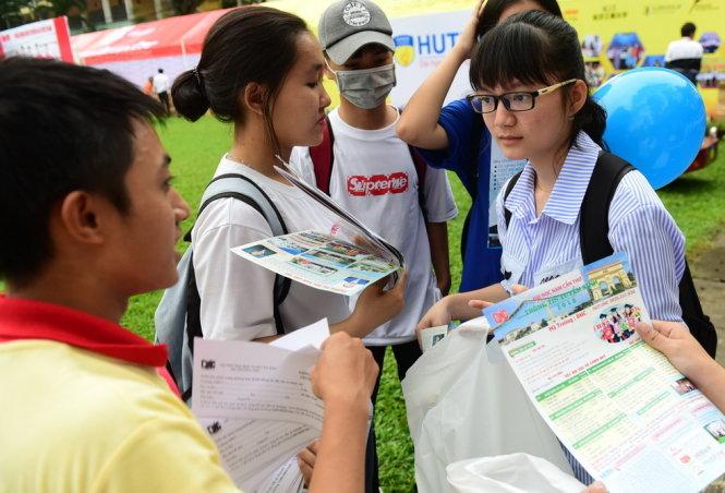 Học sinh tìm hiểu thông tin tuyển sinh của các trường tại Ngày hội tư vấn tuyển sinh - hướng nghiệp 2018 ở TP.HCM sáng 28-1-2018 - ẢNH: QUANG ĐỊNH