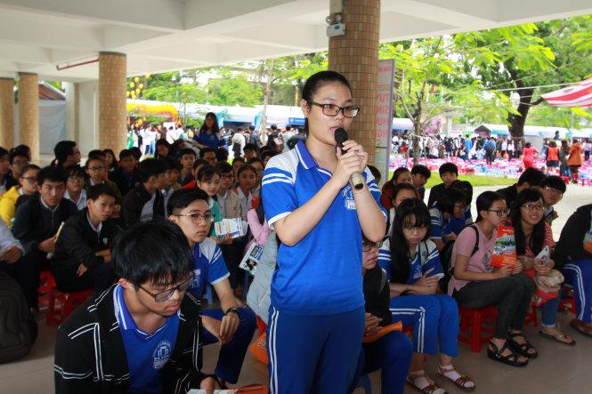 Học sinh đặt câu hỏi với ban tư vấn tuyển sinh tại Chương trình tư vấn tuyển sinh-hướng nghiệp 2018 ở Đà Nẵng - Ảnh: TRƯỜNG TRUNG