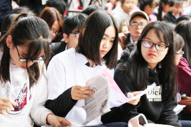 Học sinh tìm hiểu thông tin tuyển sinh ĐH - Ảnh: TRẦN HUỲNH