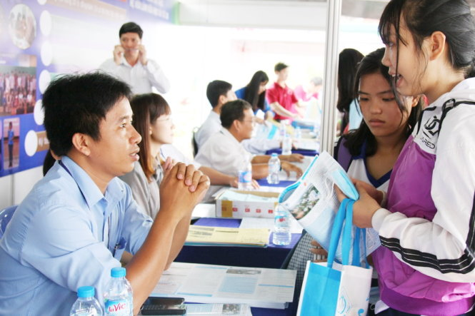 Học sinh tìm hiểu thông tin tuyển sinh của Trường ĐH Cần Thơ trong ngày hội tư vấn tuyển sinh - hướng nghiệp do báo Tuổi Trẻ tổ chức - ảnh: TRẦN HUỲNH