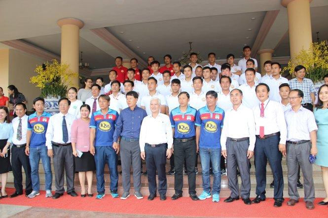 CLB Hoàng Anh Gia Lai chụp hình lưu niệm với lãnh đạo tỉnh Bình Phước tại buổi gặp gỡ chiều 27-2- ảnh: BÙI LIÊM