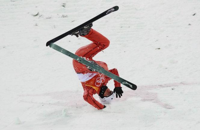Những cú ngã cực kỳ nguy hiểm như thế này là điều thường thấy ở môn trượt tuyết tại Pyeongchang 2018. Ảnh: Reuters