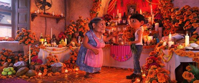 Một cảnh cảm động trong phim Coco. Ảnh: imdb