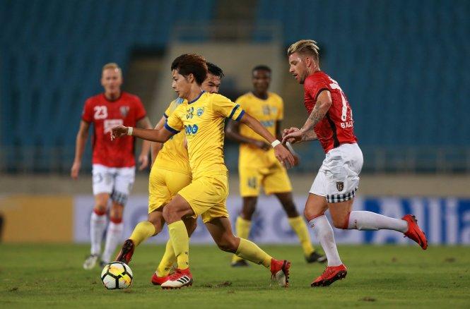 Một pha bóng trong trận Thanh Hóa hòa Bali 0-0. Ảnh: AFC