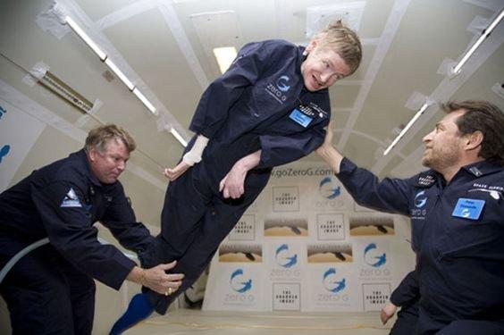 Hawking trải nghiệm trạng thái không trọng lượng trong chuyến bay Zero Gravity.