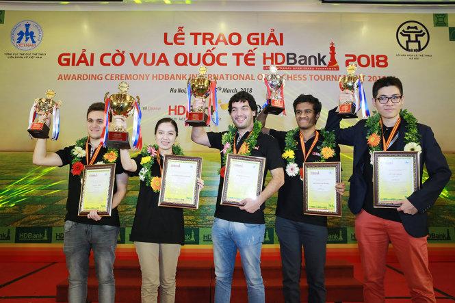 Lê Tuấn Minh (ngoài cùng bên phải) cùng 4 kỳ thủ xuất sắc nhất giải cờ vua HDBank 2018 lên nhận Cup của BTC. Ảnh: H.D.
