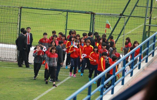 Các cầu thủ ở Trung tâm đào tạo bóng đá trẻ VN đã có mặt ở sân số 3 để đón chào Tổng thống Hàn Quốc. Ảnh: NAM KHÁNH