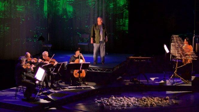 Tứ tấu Kronos, Rinde Eckert và Võ Vân Ánh trên sân khấu vở opera Mỹ Lai của Jonathan Berger. Ảnh: i.ytimg.com
