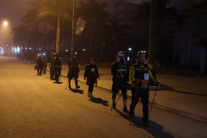 Đoàn đi bộ trong đêm.