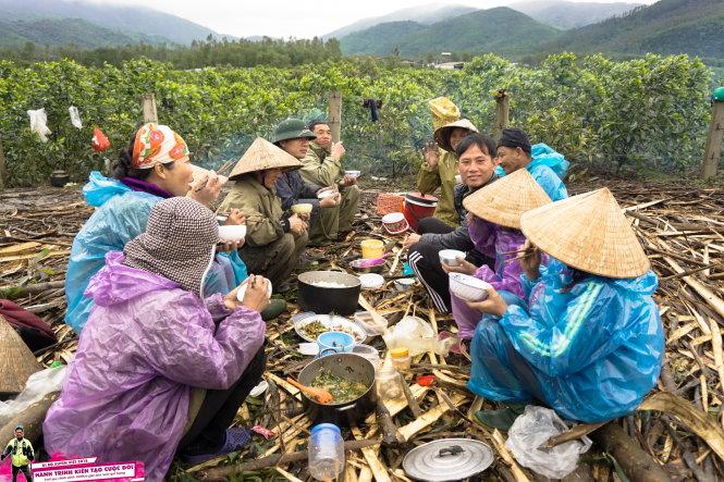 Bữa cơm giao lưu với bà con nông dân Thanh Hóa.