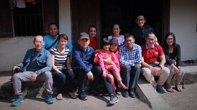 Đoàn đến thăm gia đình bé Phạm Hồng Nhung (7 tuổi) ở Nghệ An, một bệnh nhi mổ tim trong chương trình Quỹ phẫu thuật tim trẻ em VN.