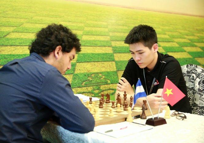 Lê Tuấn Minh cầm hòa kỳ thủ Sandro Mareco (Argentina, elo 2.635 - và cũng là nhà vô địch giải HDBank 2018) ở ván đấu thứ 8 của giải. Ảnh: H.D.