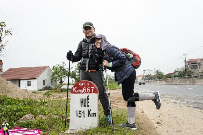 Ông Dean Nguyễn và vợ ở cột mốc 667 trên quốc lộ 1.