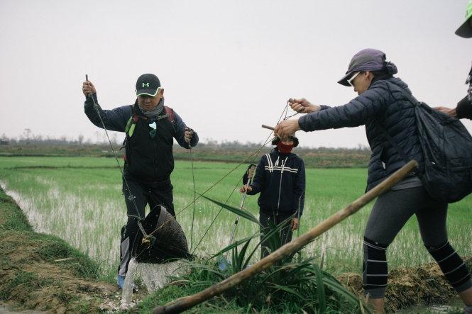 Vợ chồng ông Dean trải nghiệm tát gàu sòng ở Thanh Hóa.