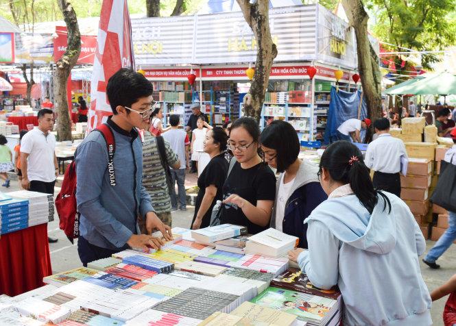 Ngày đầu tiên khai mạc Hội sách TP.HCM lần thứ X đã thu hút nhiều bạn trẻ đam mê sách.  Ảnh: XUÂN HƯNG
