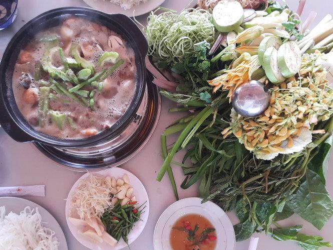 Lẩu mắm Việt Nam với gia vị và nguyên liệu từ nhiều vùng đất. Ảnh: Gia Tiến