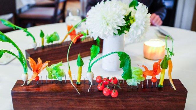 Rau củ tươi vừa được thu hoạch ở trang trại được bày lên bàn để thực khách thưởng thức trong khi nghe giới thiệu về cách trồng để có mùi vị ngon nhất. Ảnh: eater.com
