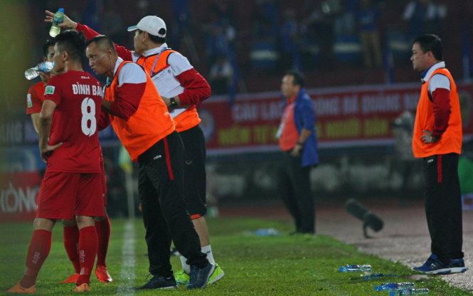HLV Trương Việt Hoàng (phải) đứng trên đường piste tối 15-4 nhưng giám đốc kỹ thuật Ngô Quang Trường (thứ hai từ trái sang) mới là người chỉ đạo chiến thuật của đội Hải Phòng. Ảnh: ANH PHAN