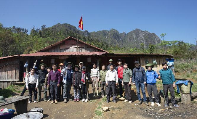Đoàn cán bộ huyện Bát Xát làm công tác thay cột trụ ghi tên ngọn núi.