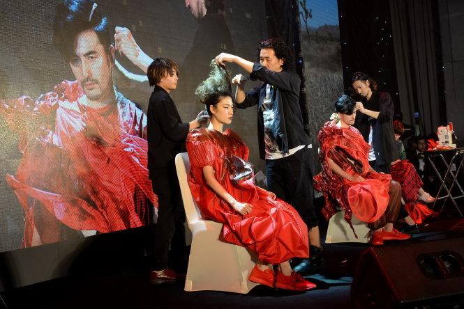 Ngữ Á Châu đã được chuyển nhượng 97% cho nhà đầu tư Nhật. Trong  ảnh: trình diễn sản phẩm và thời trang tóc Việt - Nhật. Ảnh: TTD